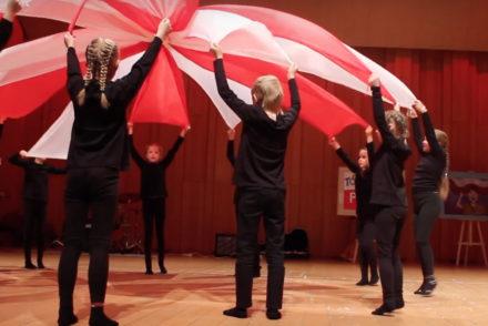 Patriotyczny taniec z szarfami
