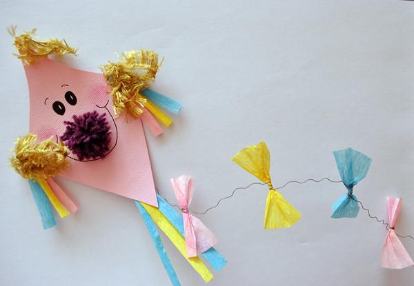 Papierowe latawce - pomysł na prostą pracę plastyczną.